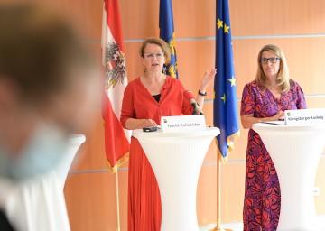 Die Landesrätinnen Christiane Teschl-Hofmeister und Ulrike Königsberger-Ludwig (v.l.n.r) informierten über die online-Anmeldung für PCR-Testungen in Schulen.