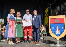 Flugretter Alois Doria (2.v.r.) wurde mit der goldenen Wappennadel der Marktgemeinde Lanzenkirchen ausgezeichnet. Im Bild mit Landeshauptfrau Johanna Mikl-Leitner, Vizebürgermeisterin Heide Lamberg und Bürgermeister Bernhard Karnthaler (v.l.n.r.)