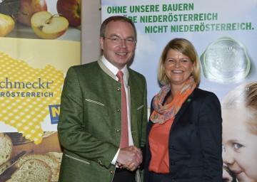 """Agrar-Landesrat Dr. Stephan Pernkopf und Mag. Klaudia Tanner, Direktorin des NÖ Bauernbundes, präsentieren in St. Pölten-Ratzersdorf den \""""Grünen Bericht\"""" 2011."""