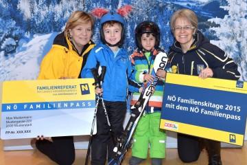 Im Bild von links nach rechts: Familien-Landesrätin Mag. Barbara Schwarz und Tourismus-Landesrätin Dr. Petra Bohuslav mit schibegeisterten Kindern.