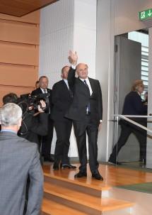 Landeshauptmann Dr. Erwin Pröll verlässt den Sitzungssaal des Niederösterreichischen Landtages.