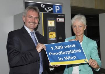 Informierten über 1.350 neue Pendlergaragenplätze in Wien: Landesrat Mag. Karl Wilfing und Margit Kraus vom Mobilitätsmanagement Weinviertel (v.l.n.r.)