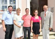 Bürgermeister Johann Bachinger (1.v.l.), Landesrätin Mag. Barbara Schwarz (2.v.l.) und Prim. Priv.-Doz. Dr. Johannes Fellinger (rechts) mit zwei Bewohnern der Lebenswelt Wallsee (Mitte).