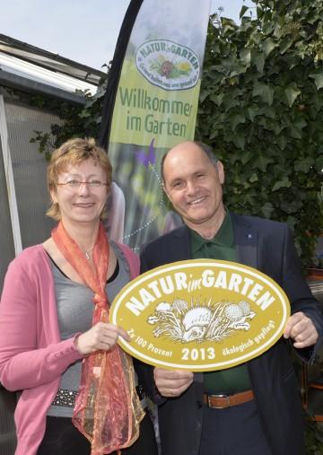 Elisabeth Koppensteiner, Geschäftsführerin von GARTENleben, nahm die Auszeichnung Goldener Igel von Landeshauptmann-Stellvertreter Mag. Wolfgang Sobotka entgegen.