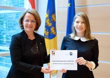 Bildungs- und Frauen-Landesrätin Christiane Teschl-Hofmeister und Stipendiatin Melanie Gittenberger