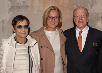 Im Bild von links nach rechts: Künstlerin Brigitte Kowanz, Landeshauptfrau Johanna Mikl-Leitner, Cornelius Grupp