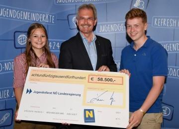 Jugendlandesrat Karl Wilfing überreicht symbolischen Scheck an Dana Zagler (Landjugend Kaumberg) und Johannes Wotawa (Jugendverein Pressbaum)