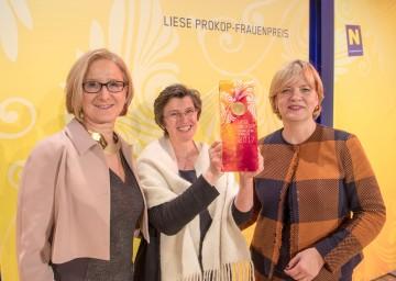 Landeshauptfrau Johanna Mikl-Leitner (links) und Frauen-Landesrätin Barbara Schwarz (rechts) gratulierten der Hauptpreisträgerin Patricia Engel (Mitte) zum Liese Prokop-Frauenpreis 2017.