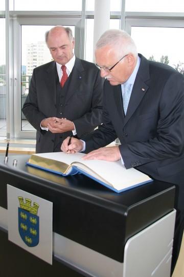 """Staatsbesuch im NÖ Landhaus: Staatspräsident Dr. Vaclav Klaus trug sich auch in das """"Goldene Buch des Landes Niederösterreich"""" ein."""