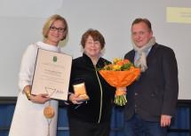 Landeshauptfrau Johanna Mikl-Leitner, die Geehrte Alessandra Comini und Laudator Christian Bauer (von links nach rechts).