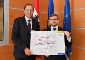 Straßenbaudirektor DI Josef Decker und Landesrat DI Ludwig Schleritzko präsentieren die Straßenbaumaßnahmen 2017 bis 2020 in Niederösterreich. (v.l.n.r.)