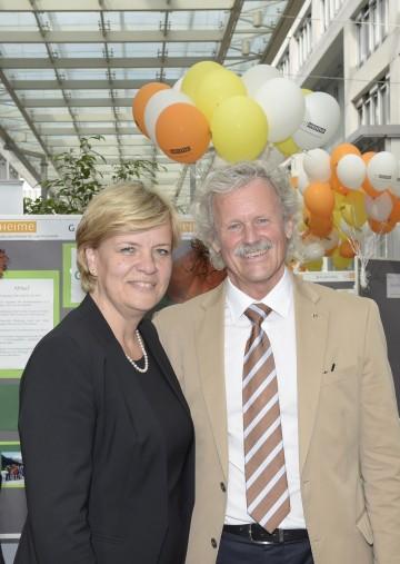 Sozial-Landesrätin Mag. Barbara Schwarz und Direktor Ing. Dietmar Stockinger, Obmann der ARGE NÖ Heime, freuen sich über die gute Zusammenarbeit und Erhöhung der Tarife für 2017. (v.l.n.r.)