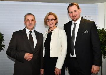 Landeshauptfrau Johanna Mikl-Leitner (Mitte) mit dem scheidenden LPV-Obmann Hans Freiler (links) und dem neuen LPV-Obmann Hans Zöhling (rechts)