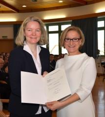 Dekretübergabe durch Landeshauptfrau Johanna Mikl-Leitner an die neue Bezirkshauptfrau von MIstelbach, Gerlinde Draxler.