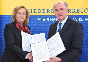 Landeshauptmann Dr. Erwin Pröll und Bundesministerin Dr. Maria Fekter unterzeichneten die Vereinbarung betreffend Erstaufnahmestelle in Traiskirchen.