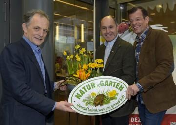 Im Bild von links nach rechts: DI Gerhard Weber, Landeshauptmann-Stellvertreter Mag. Wolfgang Sobotka, Biogärtner Karl Ploberger.