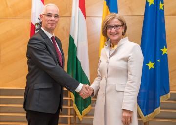 Landeshauptfrau Johanna Mikl-Leitner empfing den ungarischen Minister für Humanressourcen Zoltán Balog am Rande der IDM-Generalversammlung in ihrem Büro zu einem Arbeitsgespräch (v.r.n.l.)