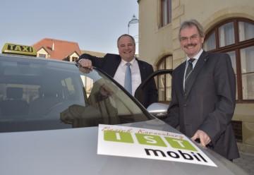 """Präsentation des \""""ISTmobil\""""-Systems in Korneuburg: \""""10 vor Wien\""""-Regionssprecher Landtagsabgeordneter Ing. Hermann Haller und Verkehrs-Landesrat Mag. Karl Wilfing. (v.l.n.r.)"""