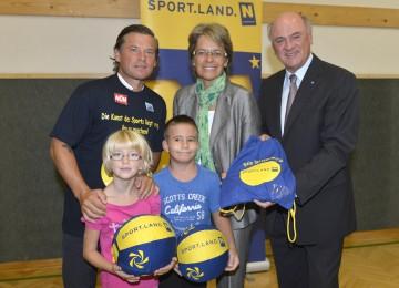 Landeshauptmann Dr. Erwin Pröll, Sport-Landesrätin Dr. Petra Bohuslav und Frenkie Schinkels übergaben die ersten Turnsackerl von Sportland Niederösterreich (v.r.n.l.)