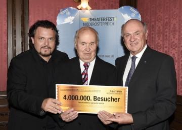 """4 Millionen Besucher: Landeshauptmann Dr. Erwin Pröll und Theaterfest-Obmann Werner Auer überreichten dem Jubiläumsgast Konrad Loibl ein \""""Goldenes Theaterfest-Ticket\""""."""