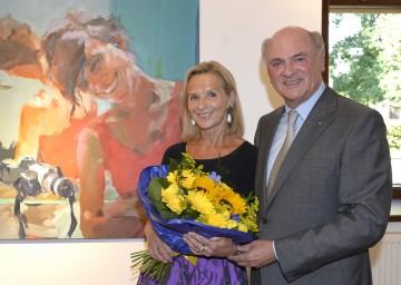 """Landeshauptmann Dr. Erwin Pröll mit Ingrid Brandstetter bei der Eröffnung ihrer Ausstellung \""""Im Focus\"""" im Schloss Grafenegg."""