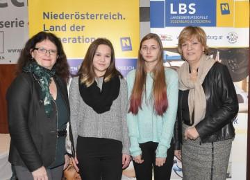 Doris Wagner MEd vom Landesschulrat für Niederösterreich, Vanessa Berger und Jennifer Vitak, beide von der NMS Retz, sowie Landesrätin Mag. Barbara Schwarz beim Tech-Dating in der Landesberufsschule Eggenburg. (v.l.n.r.)