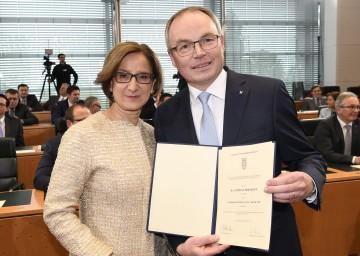 Die neue Landeshauptfrau Mag. Johanna Mikl-Leitner und ihr Stellvertreter Dr. Stephan Pernkopf mit dem Ernennungsdekret (v.l.n.r.)