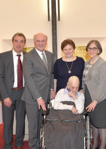 Gratulierten Anna Medwenitsch (vorne) zum 110. Geburtstag: Bürgermeister Richard Hemmer, Landeshauptmann Dr. Erwin Pröll, Enkelin Maria und Ulrike Lenthe, MAS, Leiterin des Pflegedienstes im Marienheim (v.l.n.r.)