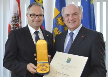 """Landeshauptmann Dr. Erwin Pröll überreichte das \""""Goldene Komturkreuz mit dem Stern des Ehrenzeichens für Verdienste um das Bundesland Niederösterreich\"""" an Regierungschef Dr. Klaus Tschütscher."""