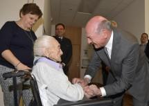 Landeshauptmann Dr. Erwin Pröll gratulierte Anna Medwenitsch zum 110. Geburtstag (im Bild mit Enkelin Maria und Heimleiter Mag. Peter Walder).