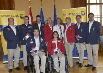 In Wien verabschiedete LR Dr. Petra Bohuslav (4. von rechts) die niederösterreichischen Teilnehmerinnen und Teilnehmer der Paralympics 2012.