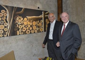 Ausstellung von Erich Giese in Weissenkirchen eröffnet: Wachaumaler Erich Giese und Landeshauptmann Dr. Erwin Pröll.