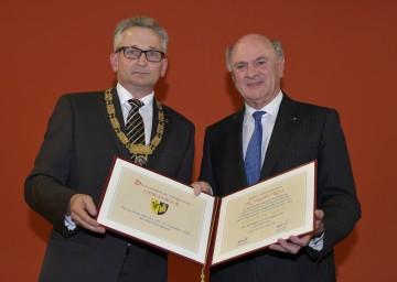 Bürgermeister Leopold Figl überreichte Landeshauptmann Dr. Erwin Pröll die Ehrenbürgerurkunde der Marktgemeinde Langenrohr. (v.l.n.r.)