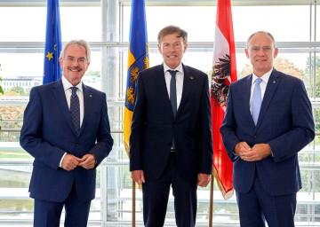 Landtagspräsident Karl Wilfing (l.) und sein Stellvertreter Präsident Gerhard Karner (r.) begrüßen den sächsischen Landtagspräsidenten Matthias Rößler