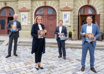 Eröffnung Jubiläumsjahr 2021: Karl Schwarz von den Brauereien Zwettl und Weitra, Landeshauptfrau Johanna Mikl-Leitner, Andreas Schwarzinger, Geschäftsführer Waldviertel Tourismus, und Bürgermeister Patrick Layr (v. l. n. r .).