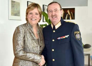 Senioren-Landesrätin Mag. Barbara Schwarz und Landespolizeidirektor Dr. Franz Prucher beschließen enge Zusammenarbeit beim Thema Sicherheit für Seniorinnen und Senioren. (v.l.n.r.)