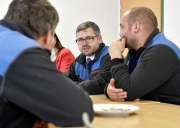 Landesrat Ludwig Schleritzko im Gespräch mit Mitarbeitern des Straßendienstes in Herzogenburg.