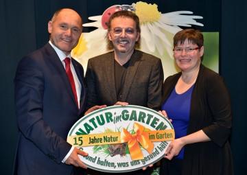 """Im Bild von links nach rechts: Landeshauptmann-Stellvertreter Mag. Wolfgang Sobotka, Dr. Kurt Mündl, Christa Lackner von """"Natur im Garten"""""""