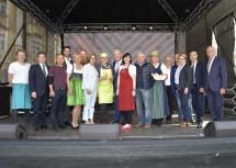 Landeshauptfrau Johanna Mikl-Leitner und Bürgermeister Mag. Klaus Schneeberger  inmitten aller Marktstandler.