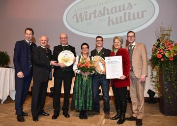 """Zum \""""Top-Wirt des Jahres 2017\"""" wurde der Puchegger-Wirt von Johann und Sylvia Puchegger mit ihrem Sohn Christoph gekürt."""