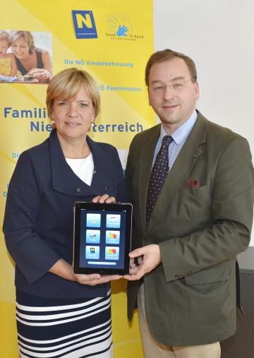 Landesfamilienreferent Dr. Peter Pitzinger und Landesrätin Mag. Barbara Schwarz informierten über das neue NÖ Familienpass-App.
