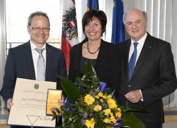 """Landeshauptmann Dr. Erwin Pröll überreichte das """"Große Goldene Ehrenzeichen für Verdienste um das Bundesland Niederösterreich"""" an den kaufmännischen Geschäftsführer der NÖ Landeskliniken-Holding, Dipl. KH-BW Helmut Krenn."""