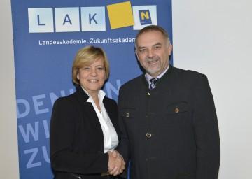 """Unterstützung für die Aktion """"Wir sind Nachbarn"""": Landesrätin Mag. Barbara Schwarz und Dr. Christian Milota, Geschäftsführer der NÖ Landesakademie. (v.l.n.r.)"""