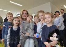 Landeshauptfrau Johanna Mikl-Leitner mit Kindern beim Rundgang nach dem Festakt.