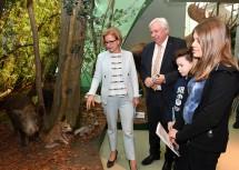 Landeshauptfrau Johanna Mikl-Leitner und Bildungsdirektor Johann Heuras mit Alexander und Anna Maria im Museum Niederösterreich.