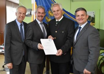 NÖVOG-Geschäftsführer Gerhard Stindl, Verkehrs-Landesrat Karl Wilfing, Bürgermeister Reinhard Deimel und Landesrat Maurice Androsch mit dem unterzeichneten Nutzungsvertrag (v.l.n.r.)