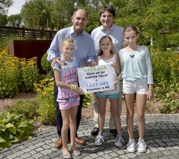 """1.625.485 Gäste durfte die """"Garten Tulln"""" seit 2008 begrüßen. Im Bild von links nach rechts: Alexandra, LH-Stv. Mag. Wolfgang Sobotka, Franz Gruber, Zoe und Katharina"""