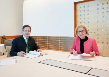 Anlässlich der Aufnahme der Möbel des ehemaligen Präsidentenzimmers in die Landessammlungen Niederösterreich wurde von Landeshauptfrau Johanna Mikl-Leitner und dem Präsidenten der NÖ Landwirtschaftskammer Abg. z. NR Johannes Schmuckenschlager ein Schenkungsvertrag unterzeichnet.