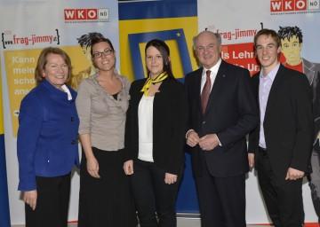 Den ausgezeichneten Lehrlingen gratulierten Wirtschaftskammer-Präsidentin BR KR Sonja Zwazl (links) sowie Landeshauptmann Dr. Erwin Pröll und Skilangläufer Johannes Dürr (rechts).