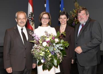 Landeshauptfrau Johanna Mikl-Leitner mit den Personalvertretern Hans Freiler (Obmann der LPV), Regina Pribitzer (Vorsitzende PV LWL) und Peter Maschat (Vorsitzender des ZBR).
